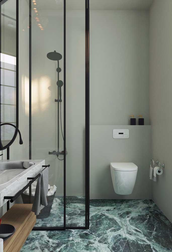 O piso de textura marmorizada dá um toque de elegância para esse modelo de banheiro