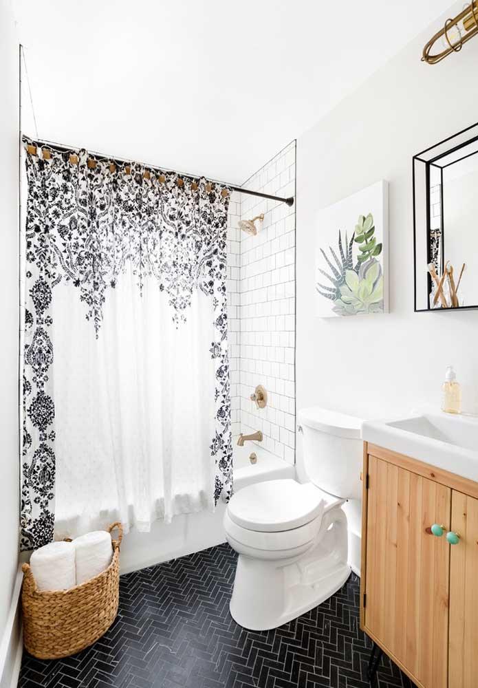 Olha outro banheiro inspirado em detalhes; dessa vez é a cortininha da banheira, o cesto de vime, o quadro e o puxador azul que arrematam a proposta