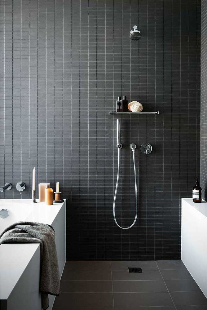 Modelo de banheiro com poucos, mas importantes objetos decorativos