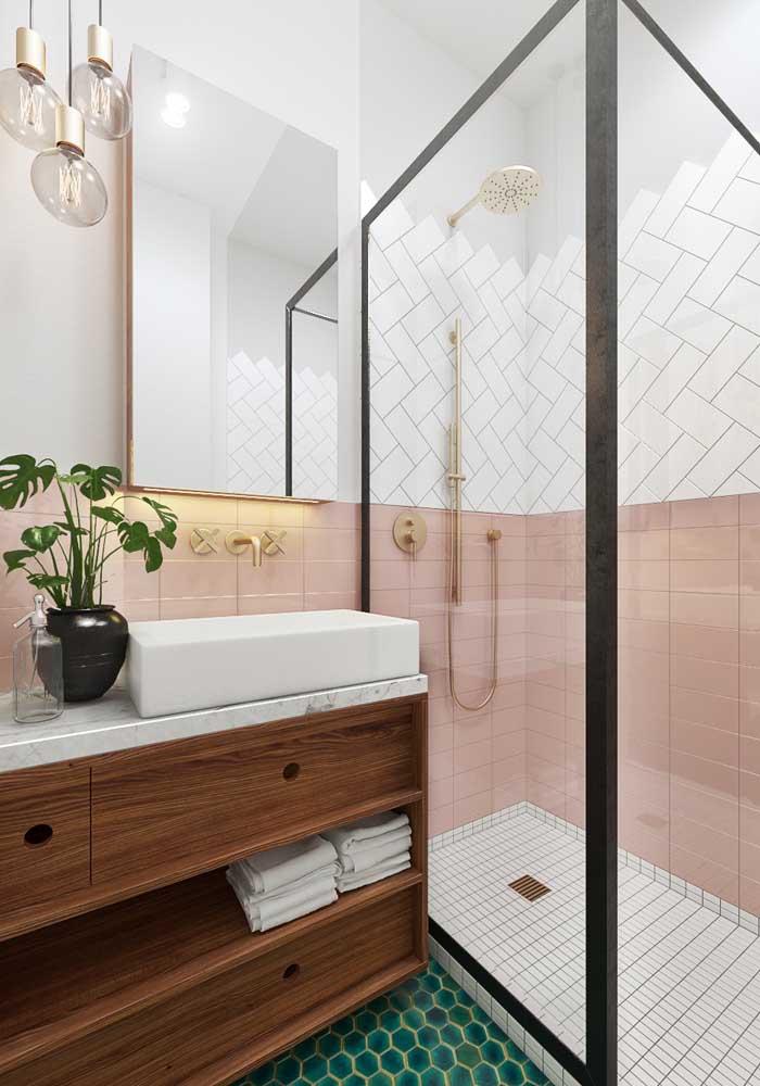 Romântico e delicado, esse modelo de banheiro trouxe o estilo impresso no piso e no revestimento