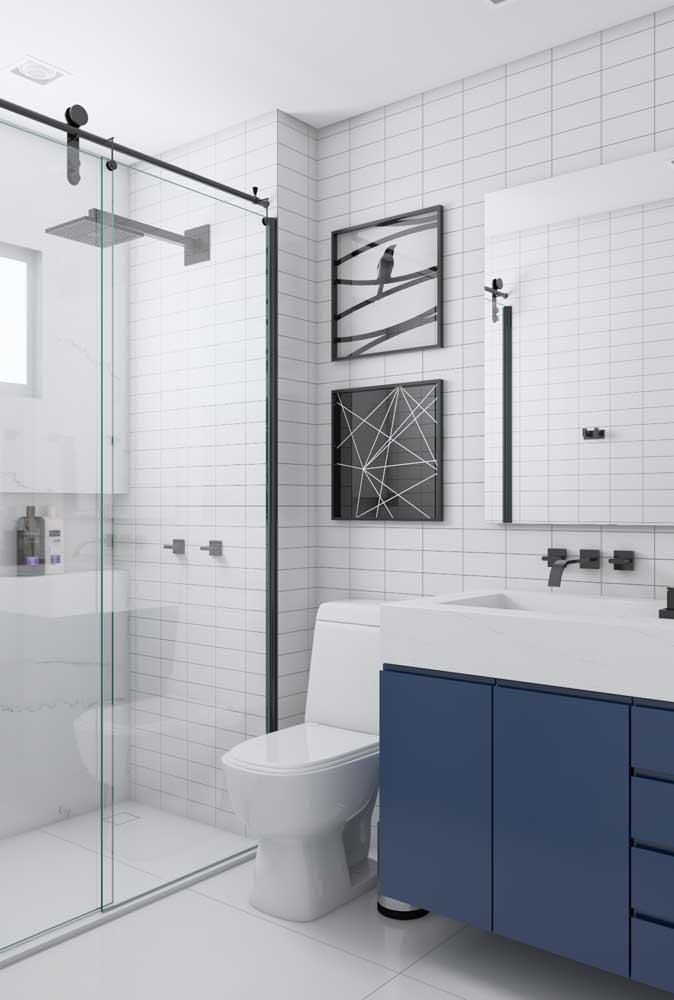 Achou que ficou tudo muito branco no banheiro? Providencie um armário azul – ou da cor da sua preferência
