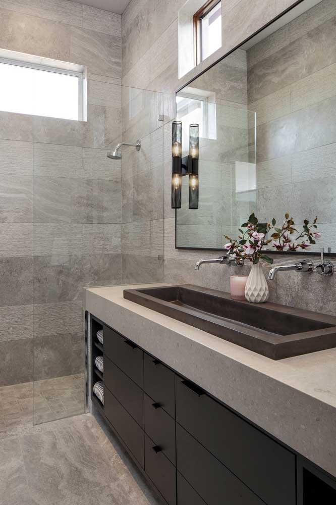 Tons terrosos garantem um banheiro charmoso e acolhedor