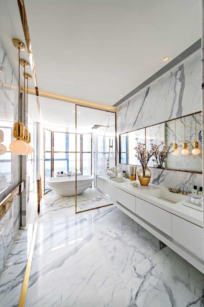 Já esse modelo de banheiro é puro luxo: grande, espaçoso, com acabamento em mármore e metais dourados