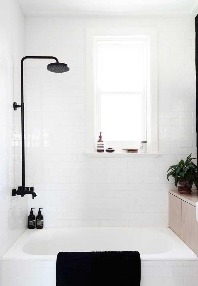 Em meio a brancura desse banheiro, o preto se destaca