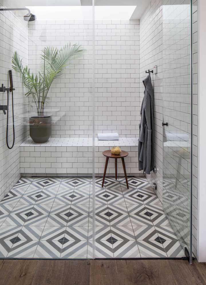 Aqui, a área do banho é tão grande que comporta até um vaso de palmeira
