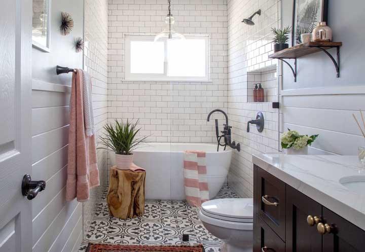 O romance está no ar: a combinação entre revestimento retrô e detalhes cor de rosa cria essa atmosfera carinhosa no banheiro
