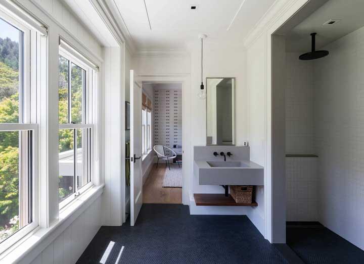 Banheiro regado a muita luz natural