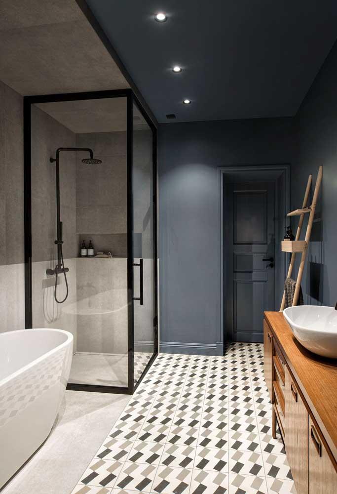 Quer um banheiro elegante e moderno ao mesmo tempo? Então combine azul petróleo com cinza e preto