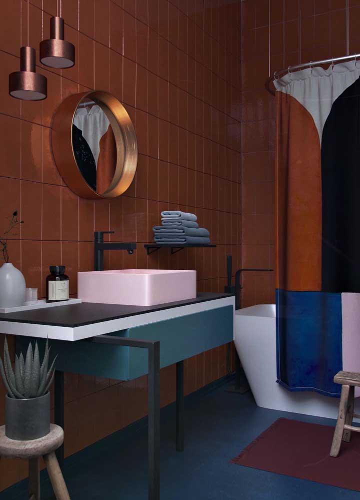 Para quem não tem medo de errar na decor, vale apostar em um banheiro como esse da imagem