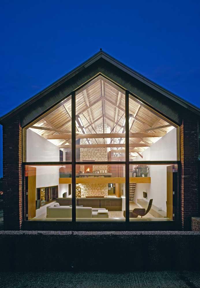 Por dentro o estilo rústico predomina, com as vigas aparentes em madeira e os tijolos aparentes, já por fora é o modelo moderno e industrial que chama a atenção; a parede de vidro vem para unir os dois estilos