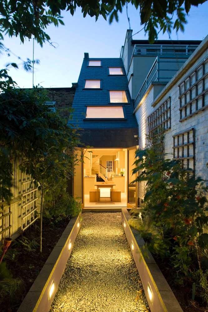 Modelo de casa estreita e retangular: um terreno para desafiar a mente criativa dos arquitetos