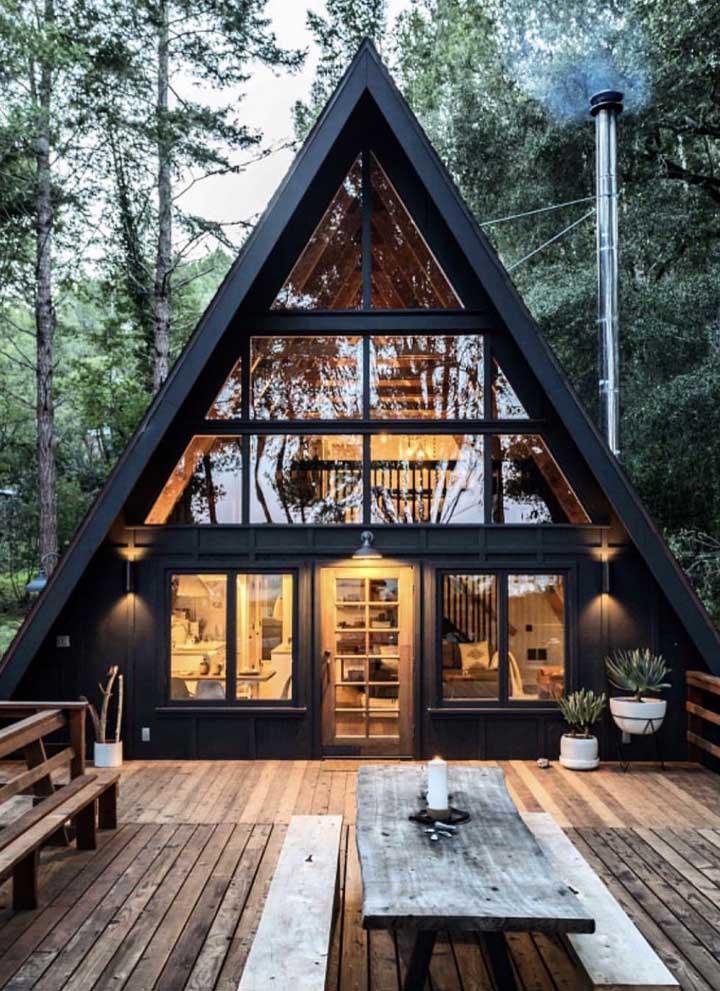 Que tal um chalezinho nas montanhas? Esse modelo de casa é perfeito: pequeno, aconchegante e com um terraço maravilhoso
