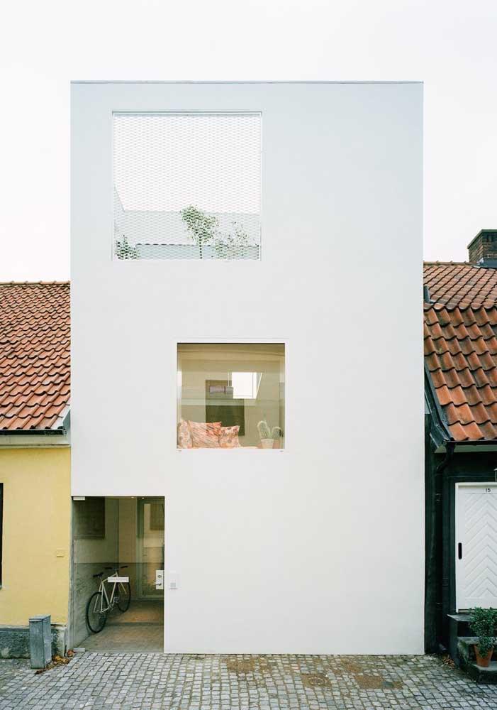 Essa casa aqui conseguiu cumprir com o objetivo de se destacar diante das outras ao adotar um projeto arquitetônico completamente diferente das demais