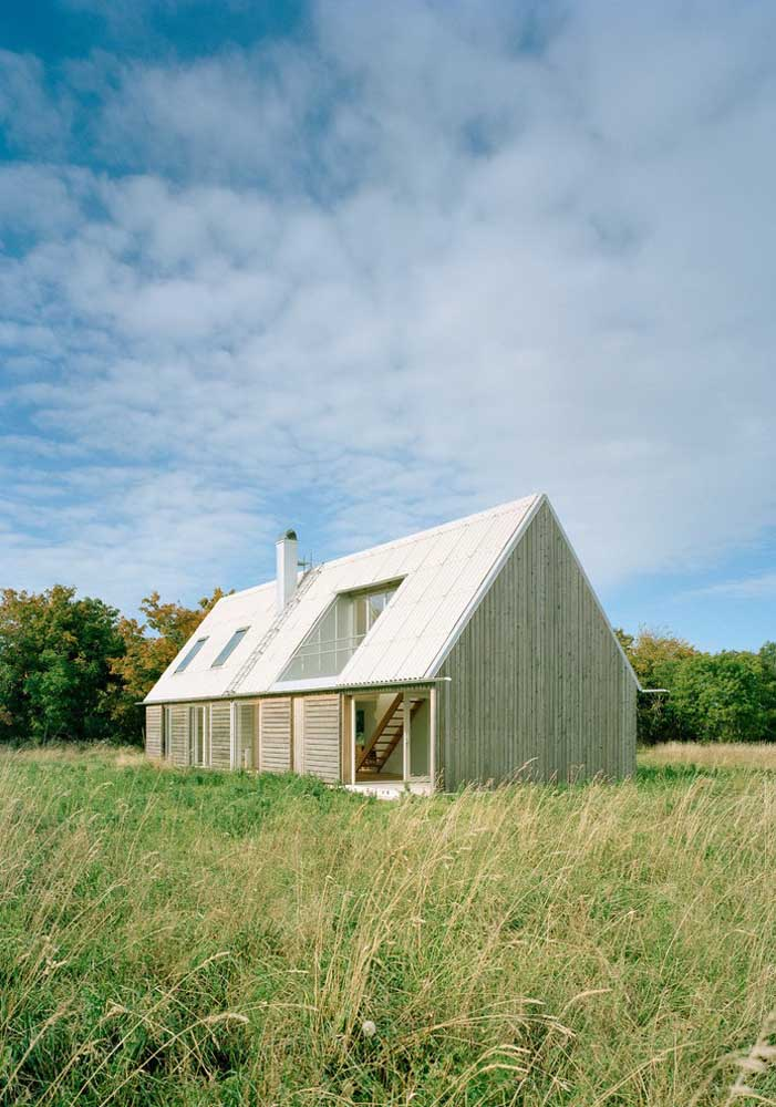 Uma casinha no meio do nada: simples e com um viés de sustentabilidade ao priorizar a entrada de luz natural
