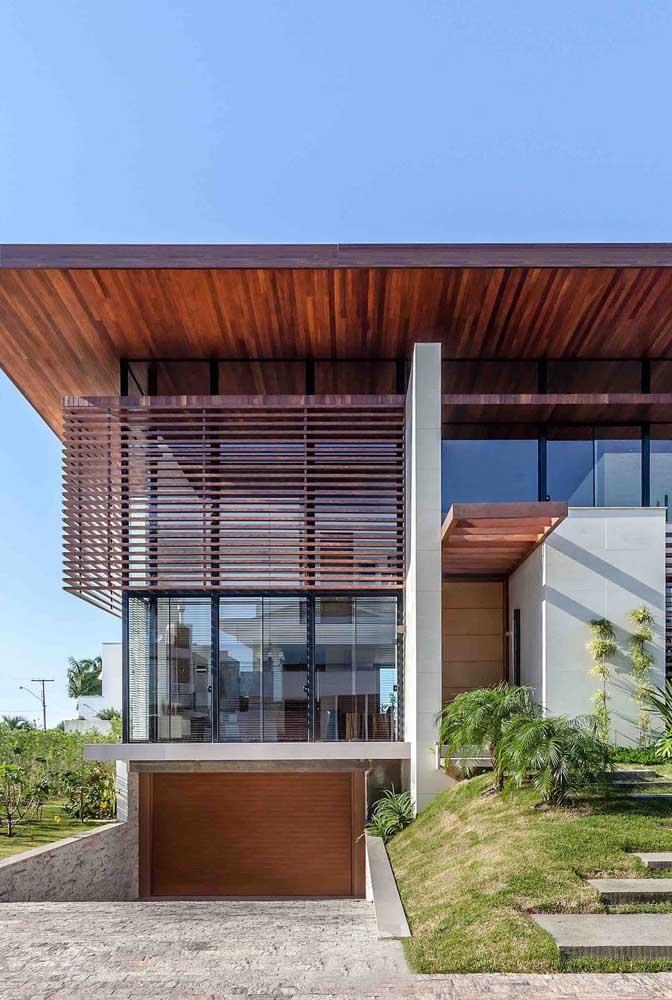 A madeira e o vidro conferem elegância ao projeto de arquitetura moderna