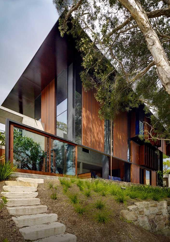 Casa luxuosa adornada pela natureza ao redor