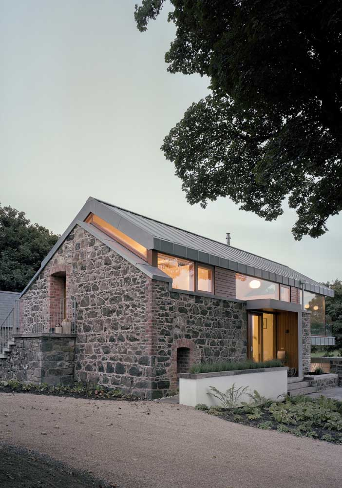 O que acha de uma casa de pedra? Segura, durável e rústica