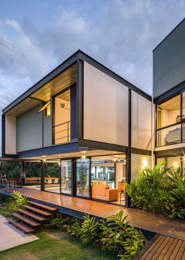 A casa de estrutura metálica contou com acabamentos em madeira e vidro