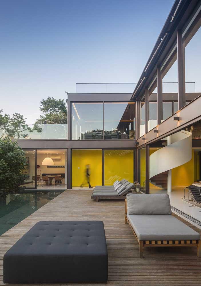 O deck de madeira garante os momentos de lazer desse modelo de casa