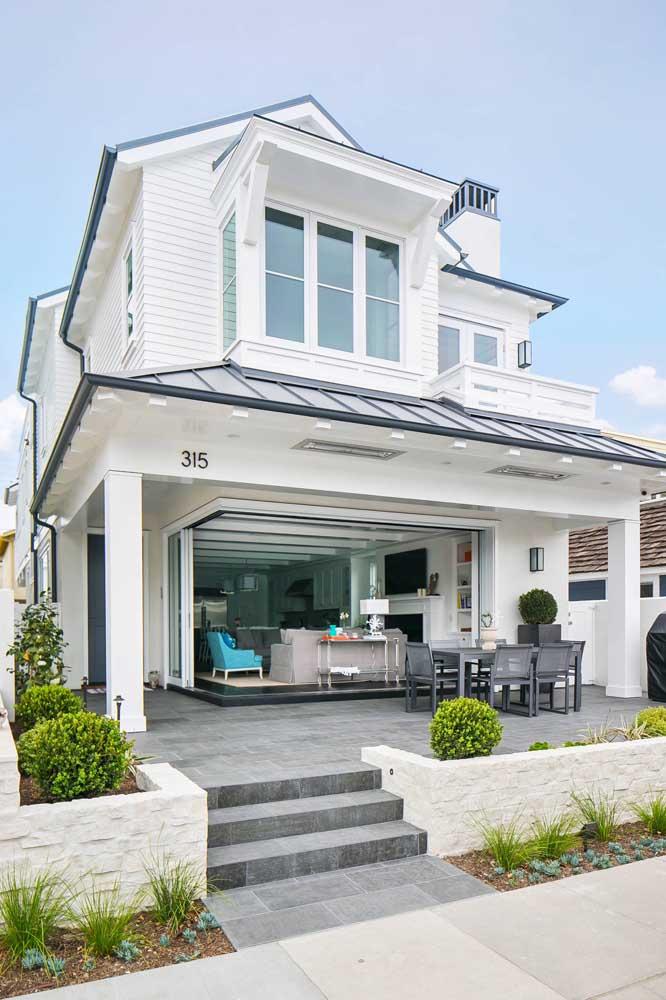A clássica casinha branca americana; um pouco distante do modelo tradicional brasileiro de casas, mas ainda assim serve como referência em alguns detalhes