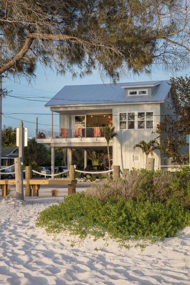 Casa pé na areia: A madeira e as cores claras não poderiam ficar de fora