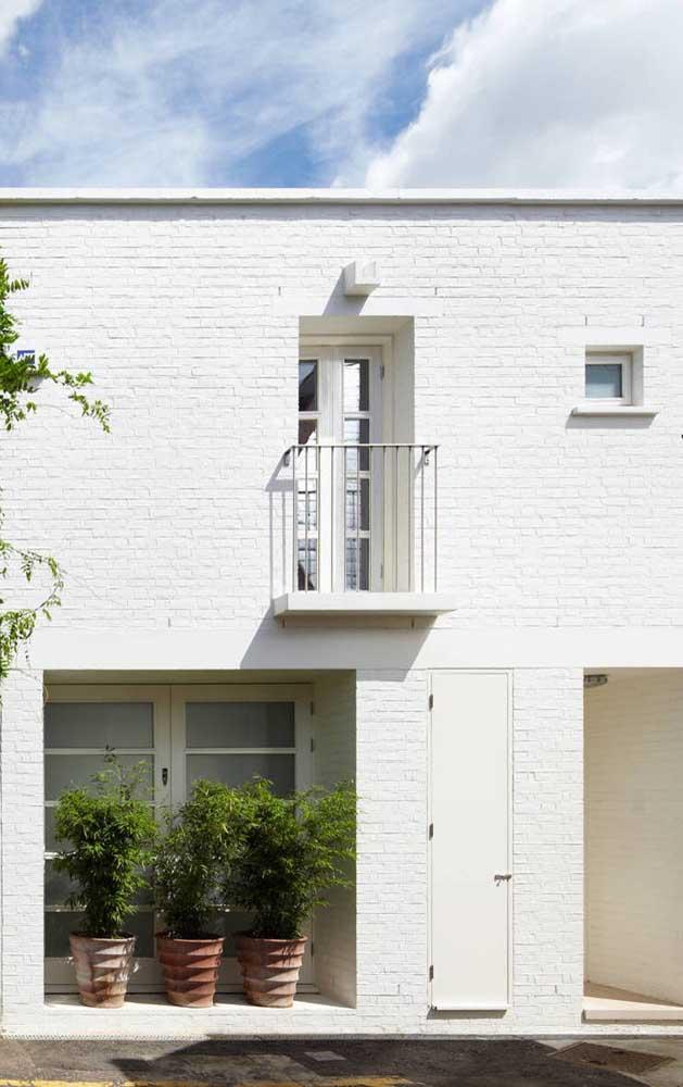 Os tijolinhos aparentes pintados de branco deixam a fachada da casa levemente rústica e romântica
