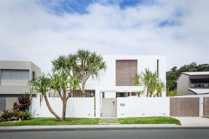 As palmeiras são o destaque desse modelo de casa clean e moderno