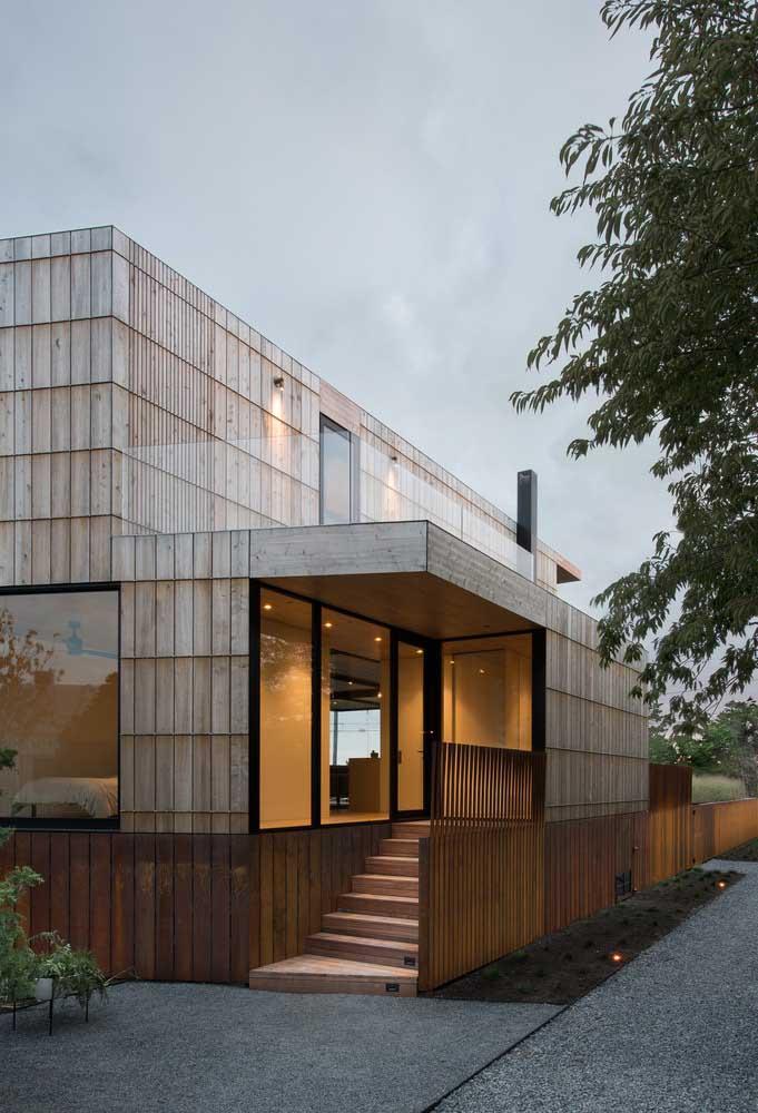O mix de materiais – madeira, vidro e metal – tornam esse modelo de casa moderno e super autêntico