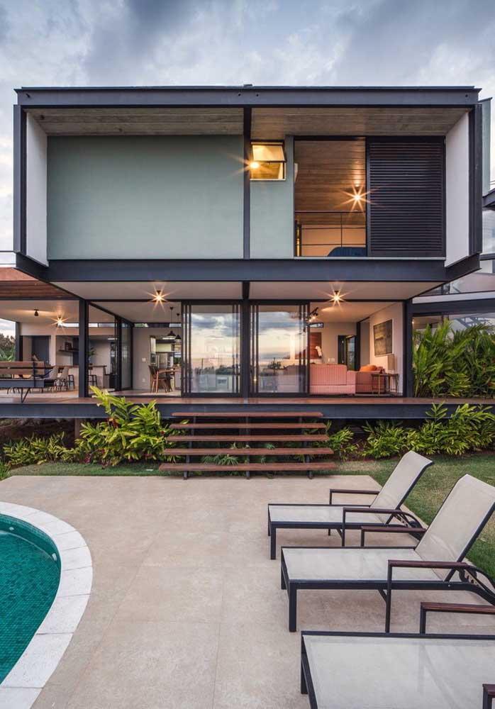 Modelo de casa moderna com piscina: grande, espaçosa e transparente