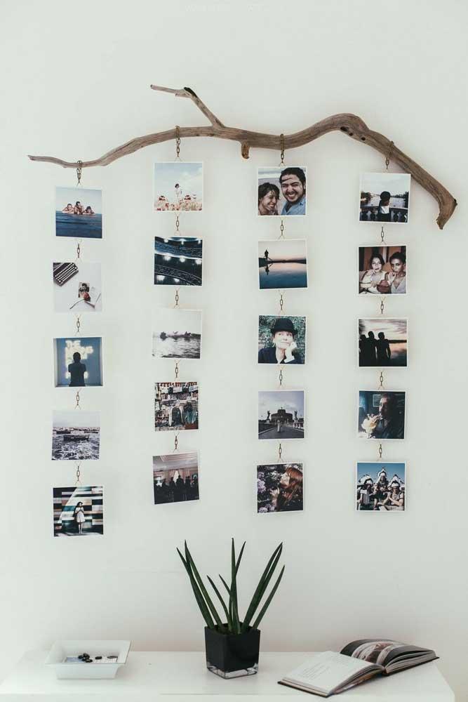 Para fazer esse painel de fotos, basta apenas pegar um galho resistente de alguma árvore, pendurar algumas correntes e fixar as fotos.