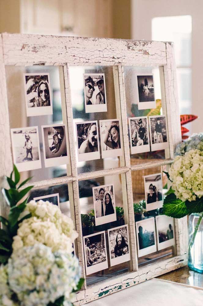 Quer fazer algo mais rústico? Aproveite uma janela antiga e cole várias fotos no vidro.