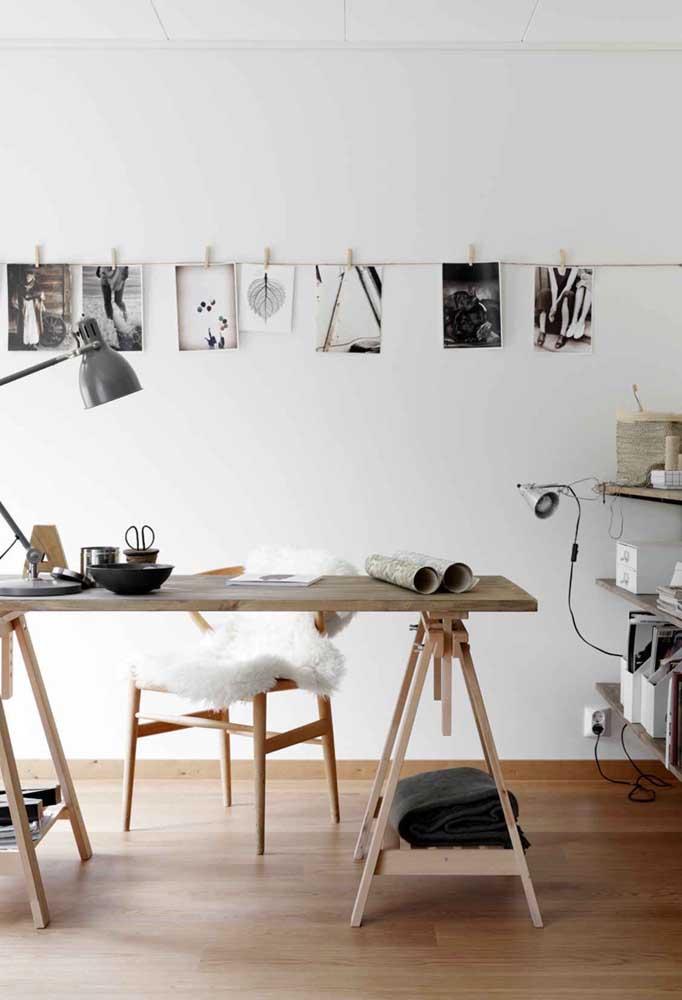 Uma boa opção de decoração com painel de fotos é usar o modelo usado pelos fotógrafos profissionais, como se as fotos tivessem sido reveladas naquele momento.