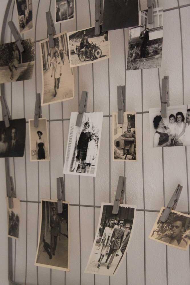 Para pendurar as fotos no mural aramado use pregadores de roupas. Simples, barato e prático.