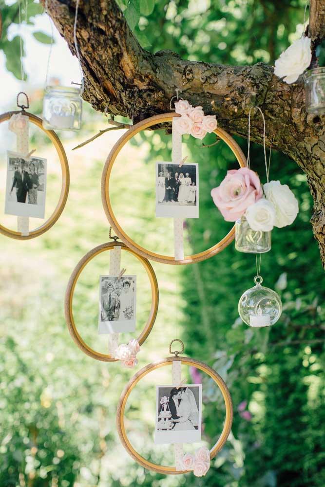 Outra excelente opção de painel de fotos para colocar na árvore. O formato da foto é Polaroid e fica melhor se forem penduradas.