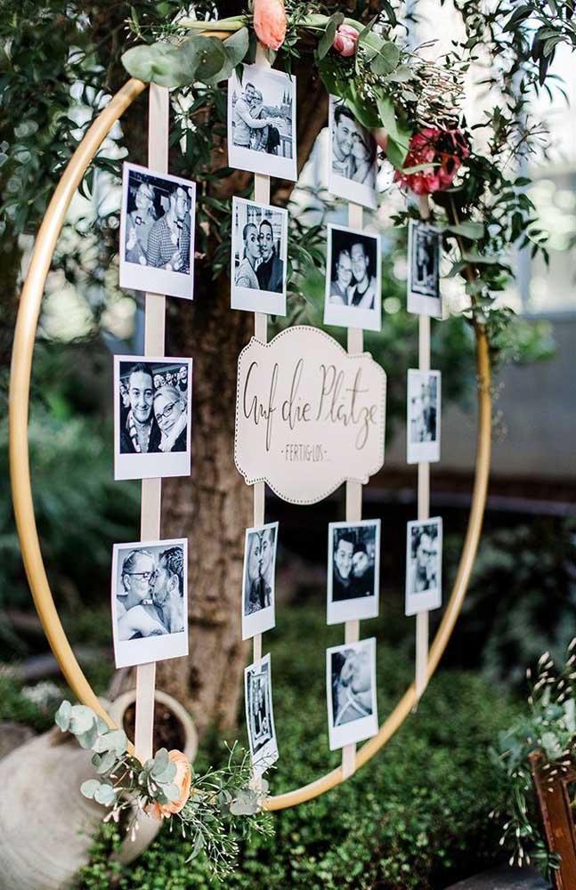 Na decoração de casamento, uma boa opção é fazer um painel de fotos dos noivos como esse modelo de arco.