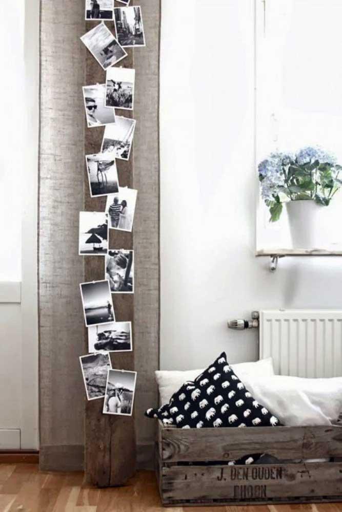 Para combinar com a decoração mais rústica, use um tronco de árvore para pendurar suas fotos.