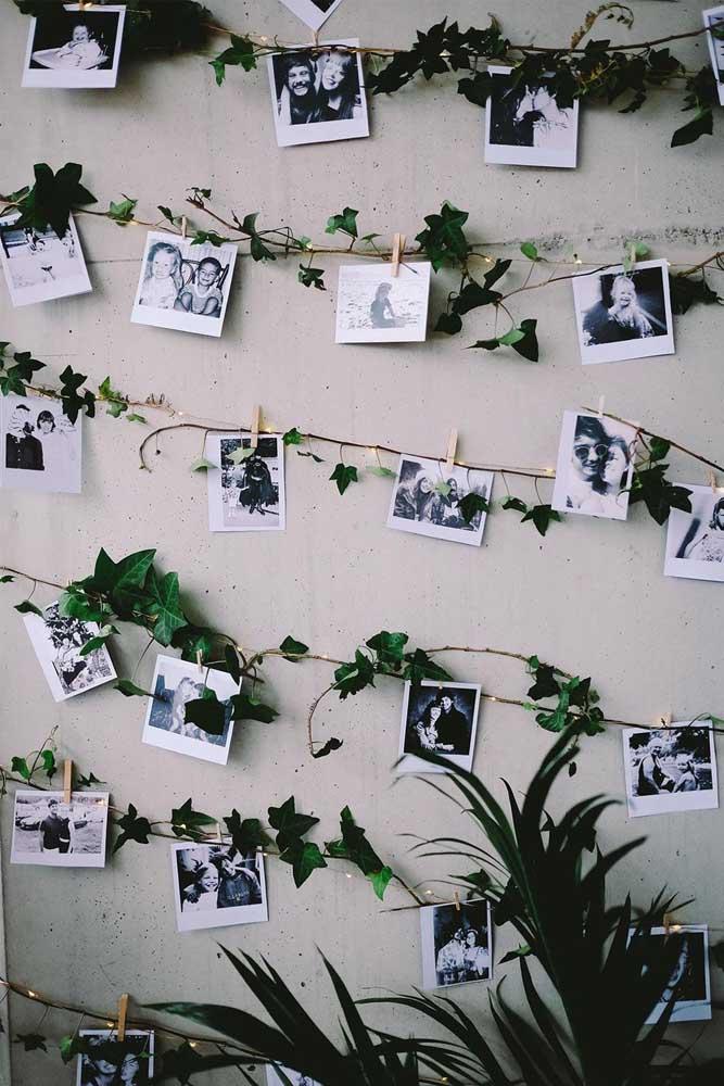 Além de deixarem o painel de fotos iluminado, as luzes dão um charme a mais na decoração.