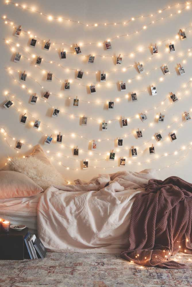 Já pensou em usar luzes no painel de fotos? É uma ótima opção de iluminar o quarto e guardar suas melhores lembranças.