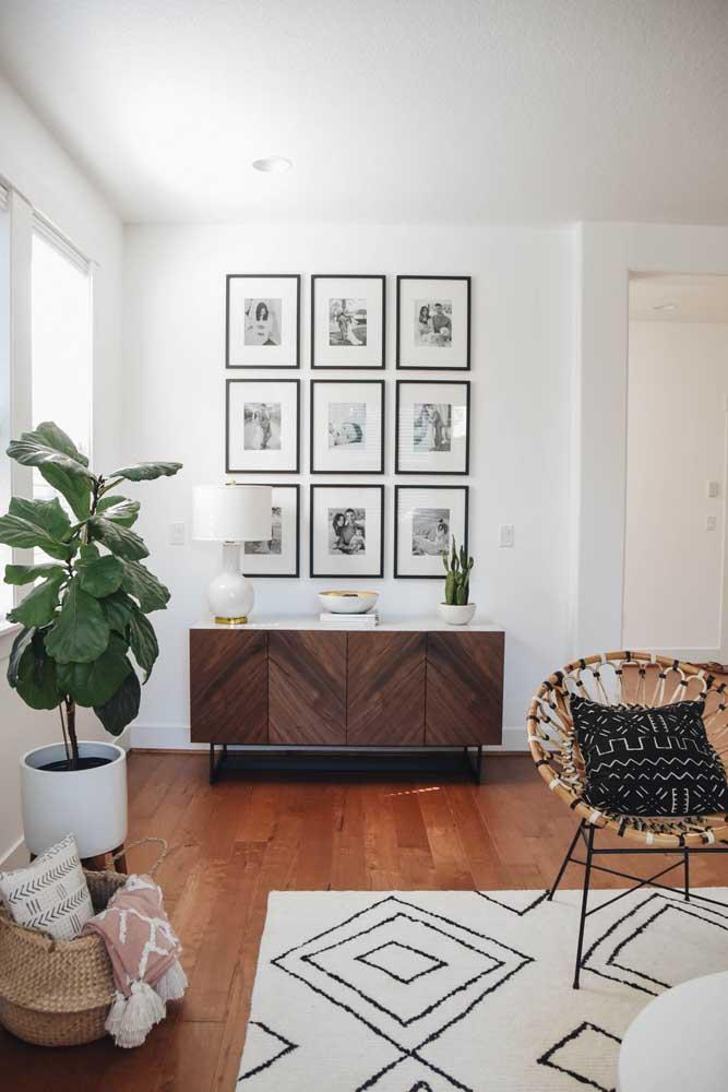 Para os mais organizados e detalhista, coloque as fotos dentro de quadros do mesmo tamanho e formato e organize-os na parede da sala.