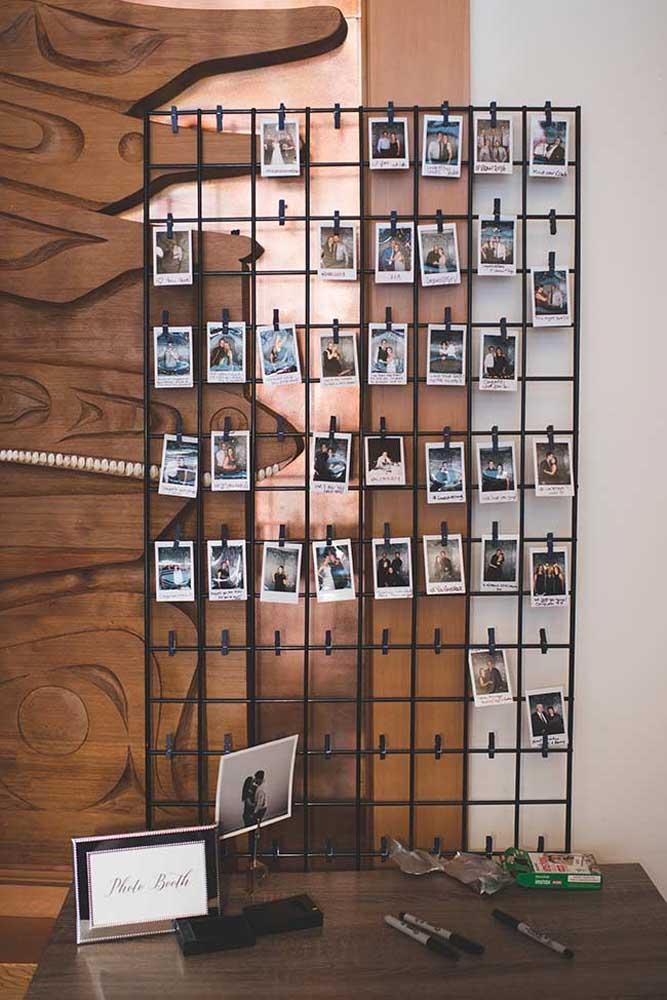Se você tem muitas fotos no formato de Polaroid, pode usar a moldura de arame para montar o seu painel de fotos.