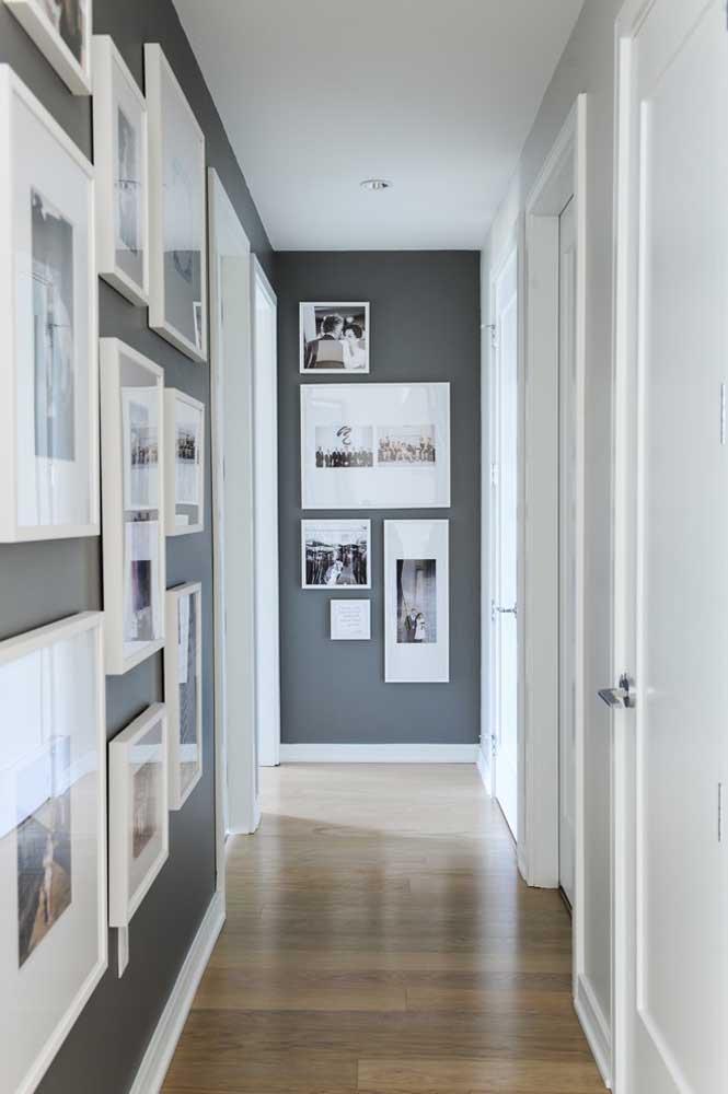 Uma ótima opção para fazer um painel de fotos é escolher uma ou mais paredes dos corredores da casa.