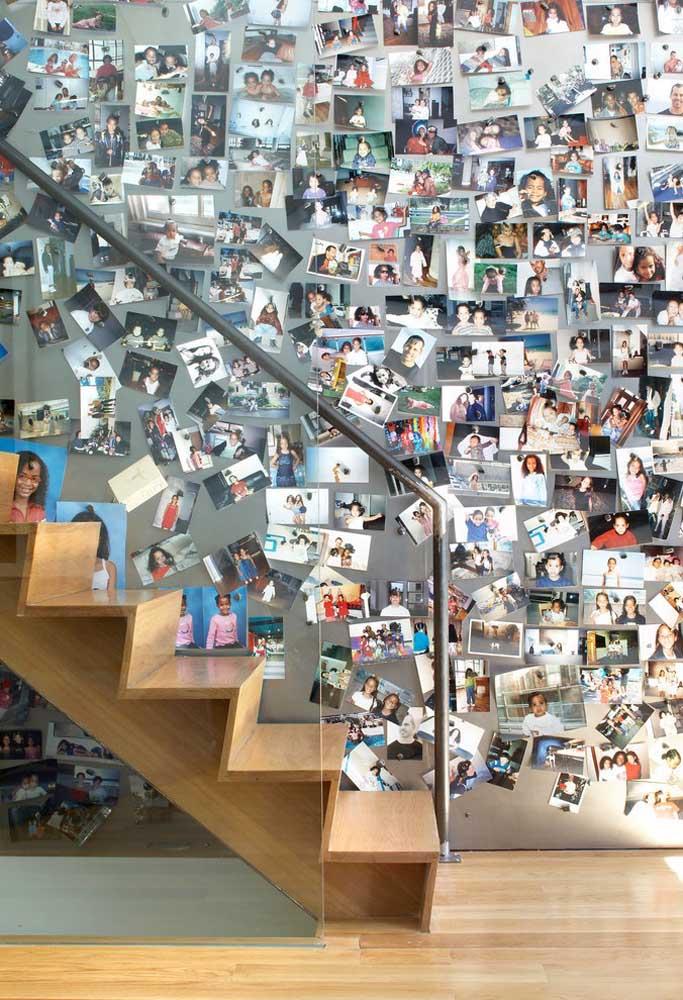 Quer jeito mais criativo de manter as suas melhores lembranças? Organize as fotos na parede da escada.