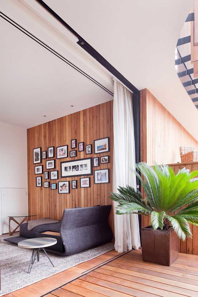 Se você prefere algo mais discreto, pode organizar alguns quadros com fotos na parede da sala.