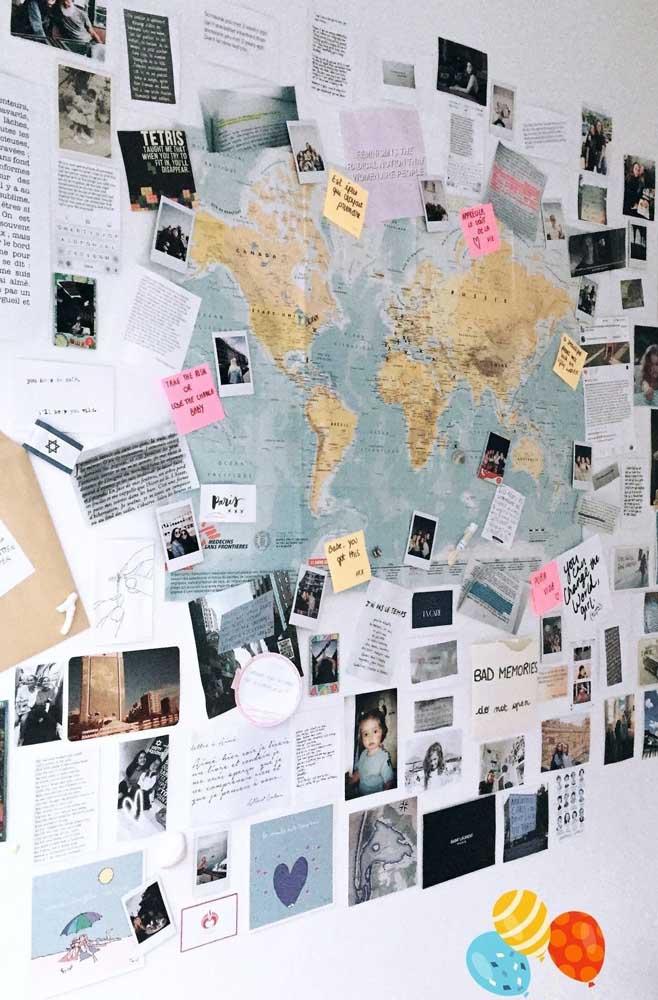 Para aqueles que vivem viajando, uma opção criativa é fazer um painel de fotos tendo o mapa do mundo de fundo.