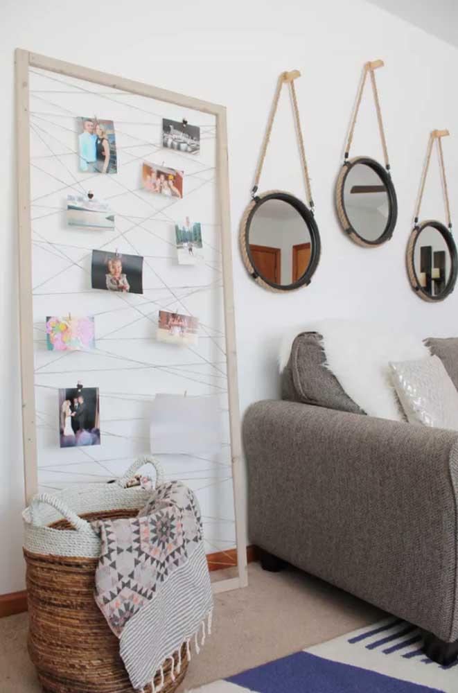 Você pode comprar uma moldura pronta como essa que já vem com linhas que dá para organizar suas fotos.