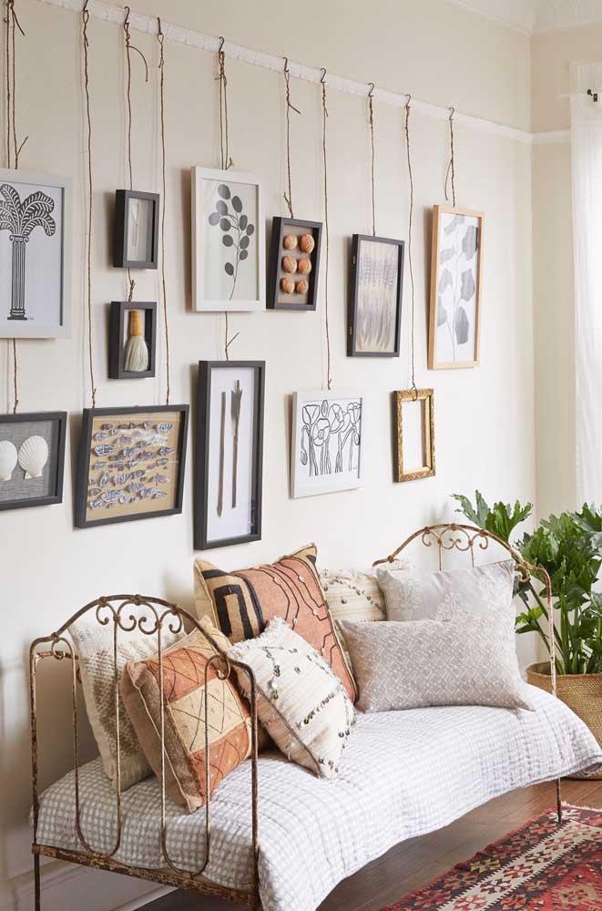 Que tal investir em quadros suspensos para fazer um painel no quarto? O resultado é bem diferente e criativo.