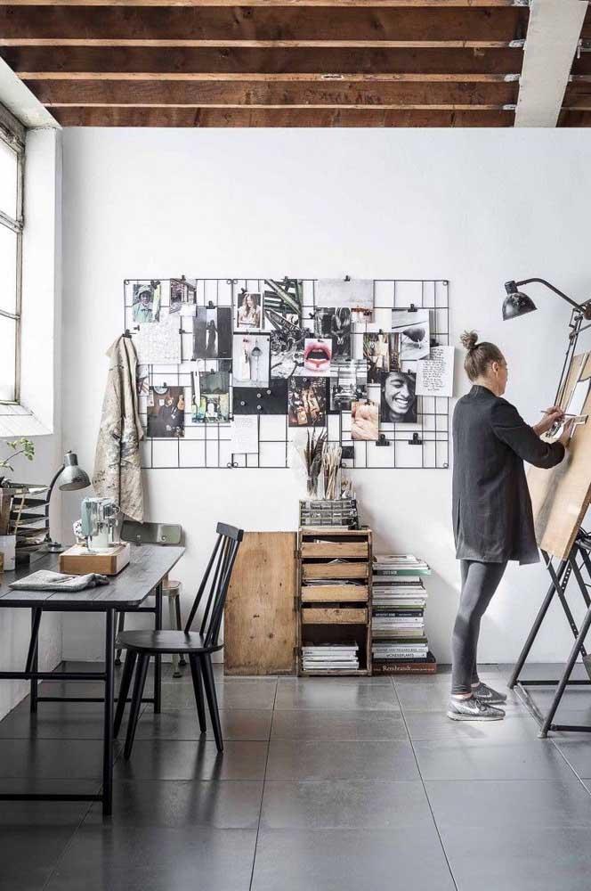 Um dos painéis de fotos mais usado nos escritórios é o modelo aramado como esse da foto.