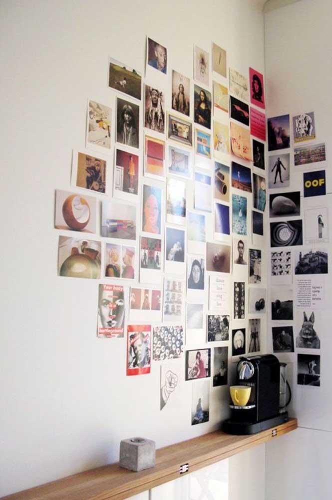 O que acha de fazer uma montagem com várias fotos no cantinho da parede da cozinha? Você pode misturar fotos suas e imagens que te inspiram.