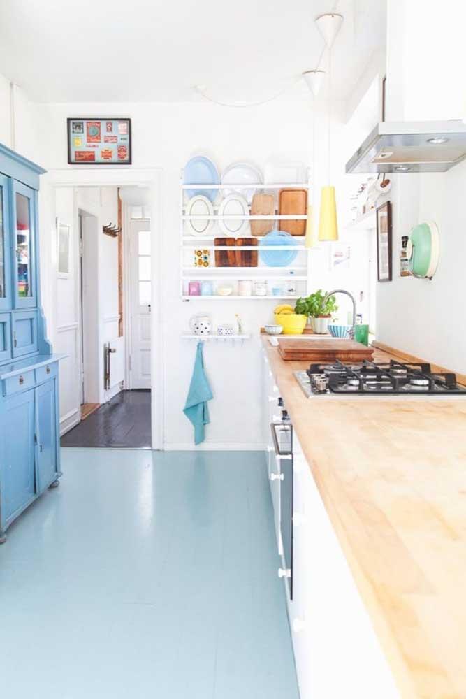 Piso vinílico azul para combinar com o estilo colorido e delicado da cozinha