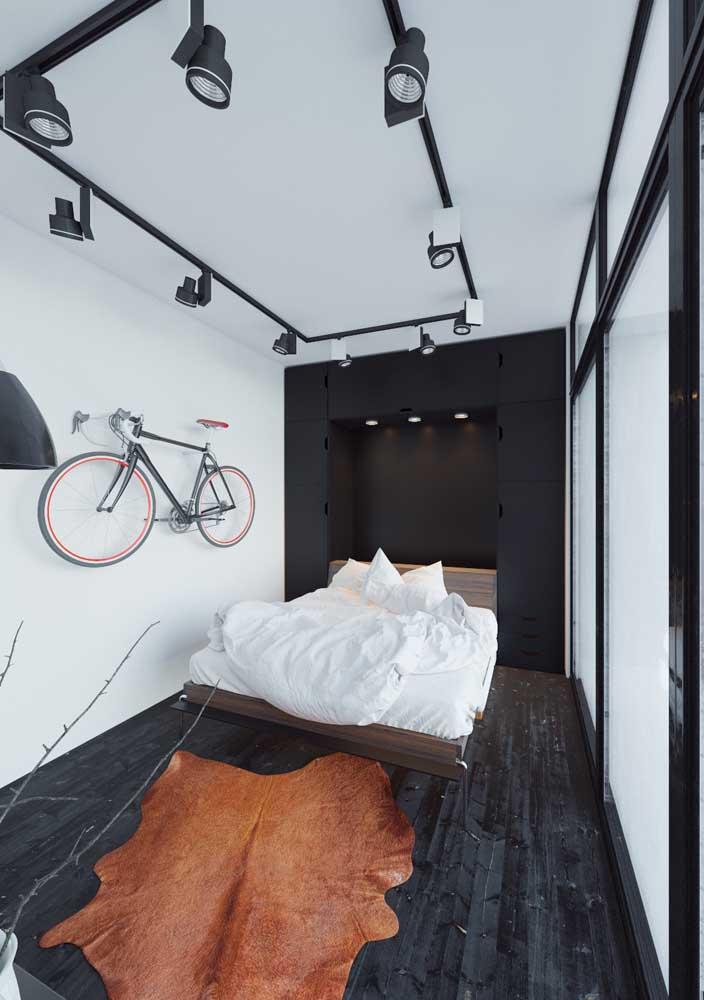 O piso vinilico em tom de madeira escura, como ébano, garante um toque de masculinidade ao quarto